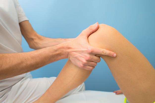 Der physiotherapeut führt die behandlung durch