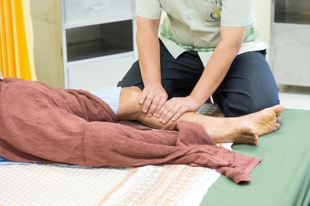Der physiotherapeut ist die wichtige aufgabe, die im rehabilitationsteam arbeitet.