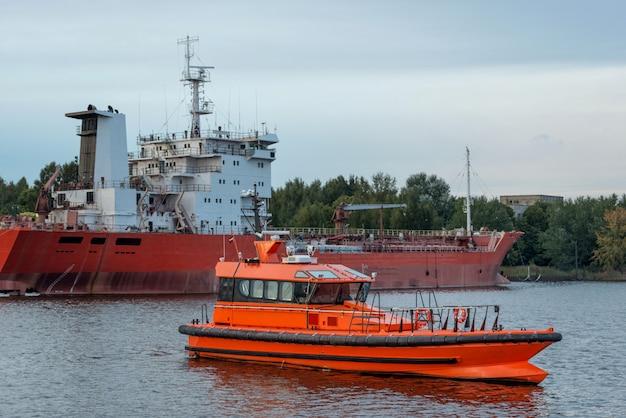 Der pilot erwartet, dass das schiff in den hafen einlaufen wird