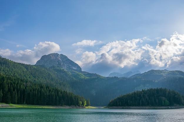 Der prächtige schwarze see befindet sich im nationalpark durmitor im norden montenegros.