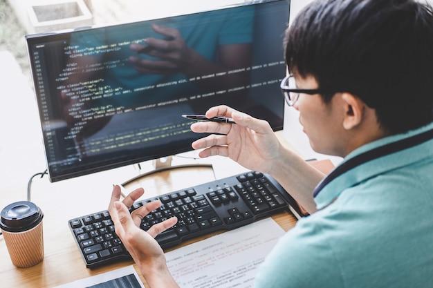 Der programmierer, der an der entwicklung der programmierung und der web site arbeitet, die in der software arbeiten, entwickeln firmabüro