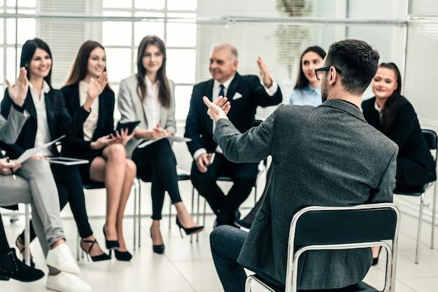 Der projektmanager stellt bei einem arbeitstreffen fragen. wirtschaft und bildung