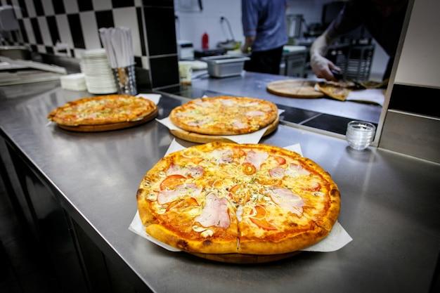 Der prozess der herstellung einer pizza in der bar küche