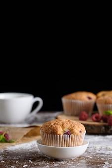 Der prozess der herstellung von desserts. sahnetorten, muffins, kekse, lebensmittel. die küche und konditor macht desserts.
