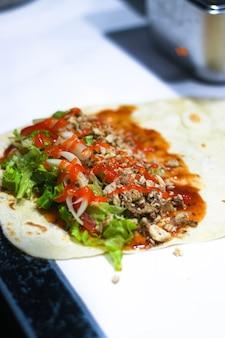 Der prozess der herstellung von kebabs mit chilisauce