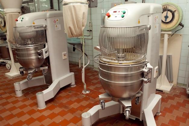 Der prozess der herstellung von keksteig in einer industriellen knetmaschine in der fabrik