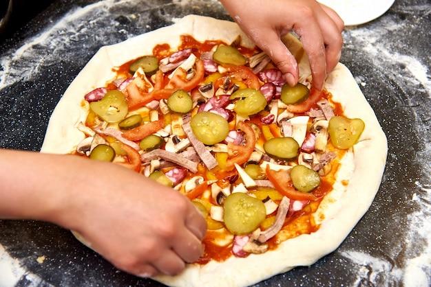 Der prozess der herstellung von pizza.