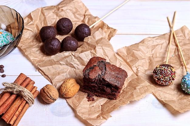 Der prozess der herstellung von schokoladenkuchen knallt