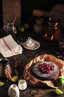 Der prozess der herstellung von schokoladenkuchen mit kirsche leckeres und schönes französisches dessert clafoutis