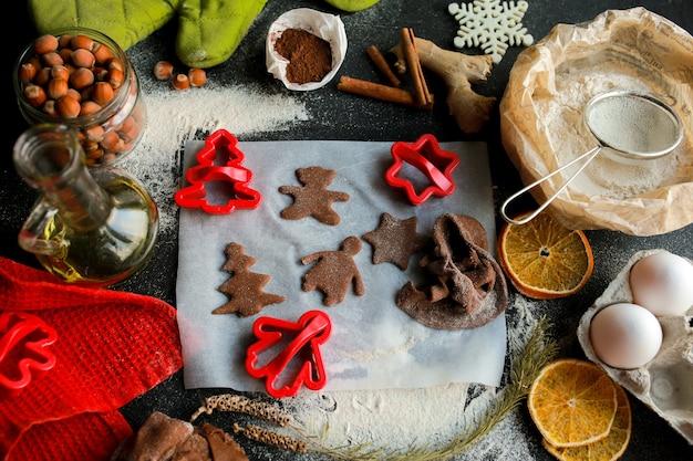 Der prozess der herstellung von weihnachtsplätzchenhausgemachte kekse lebkuchenplätzchen an weihnachten