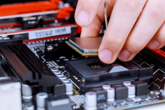 Der prozess der installation im cpu-mikroprozessor auf dem motherboard-sockel