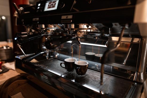 Der prozess der kaffeezubereitung mit einer espressomaschine