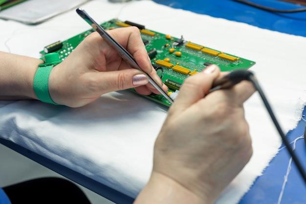 Der prozess der montage eines elektronischen moduls
