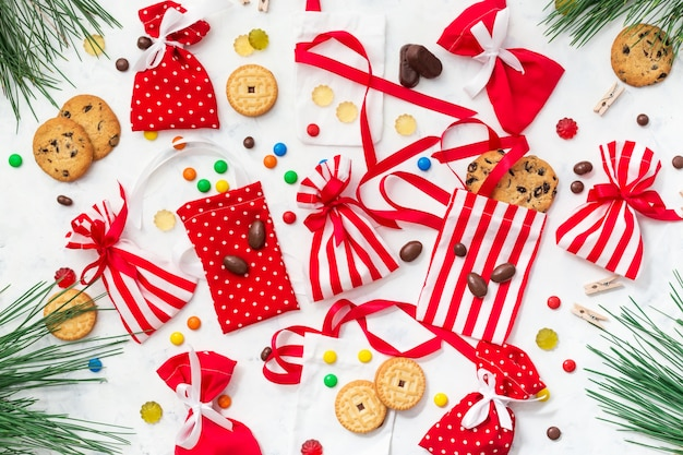 Der prozess der vorbereitung des adventskalenders mit süßigkeiten und keksen für kinder. weihnachten mit süßigkeiten und geschenken