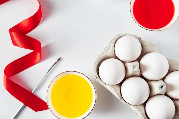 Der prozess der vorbereitung für das malen von eiern für ostern