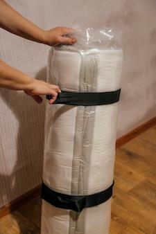 Der prozess des auspackens der matratze