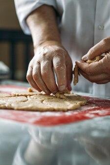 Der prozess des backens von keksen