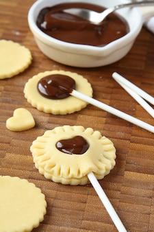 Der prozess des backens von selbst gemachten keksplätzchen knallt mit schokolade