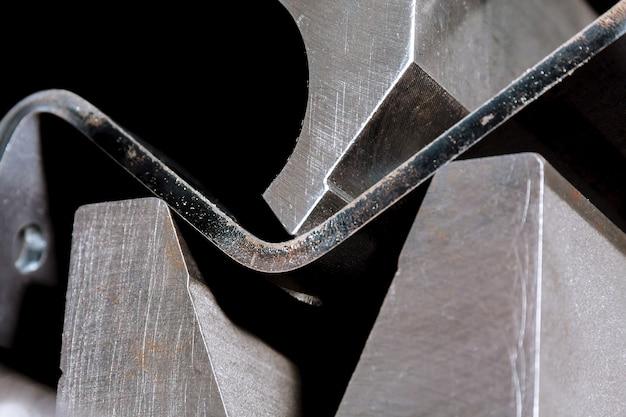 Der prozess des biegens von blechen auf einer hydraulischen biegemaschine. metallbearbeitungsanlage.