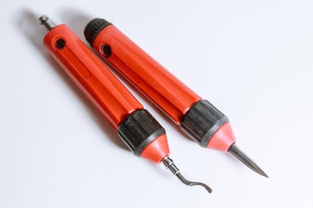 Der prozess des entgratens von metall. entgratwerkzeug für metall, holz, aluminium, kupfer und kunststoff.