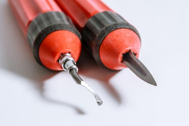 Der prozess des entgrats von metall. entgratungswerkzeug für metall, holz, aluminium, kupfer und kunststoff.