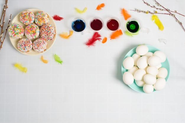 Der prozess des färbens von eiern für ostern in blauen und roten farben.