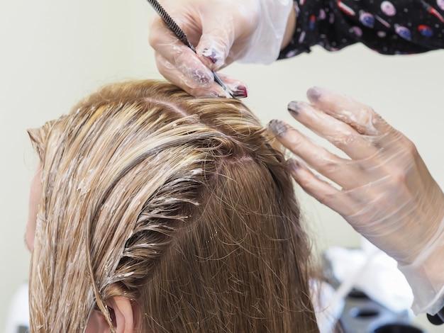 Der prozess des färbens von haaren