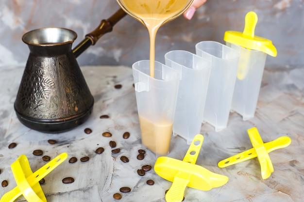Der prozess des kochens von kaffeeeis