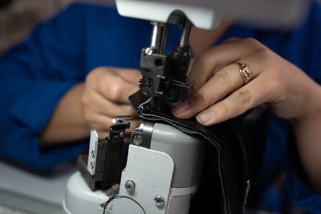 Der prozess des nähens von schuhen an einer nähmaschine. schuhproduktion. für jeden zweck.