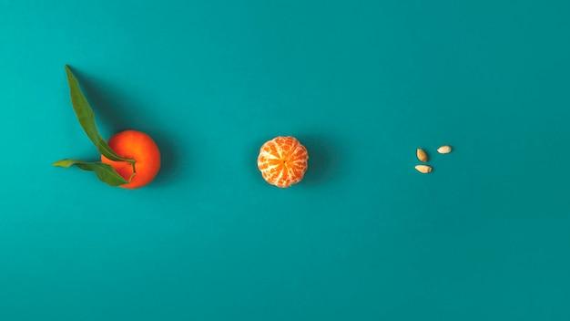 Der prozess des verzehrs einer mandarine vom ganzen bis zu den restlichen samen. kreatives layout