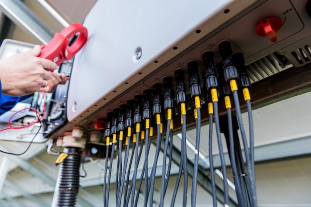 Der prüfer überprüft den tatsächlichen ausgangsspannungspegel des wechselrichters