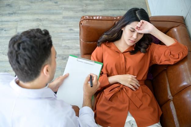 Der psychiater behandelt für den patienten, der den stress durch das große problem bekommen hat