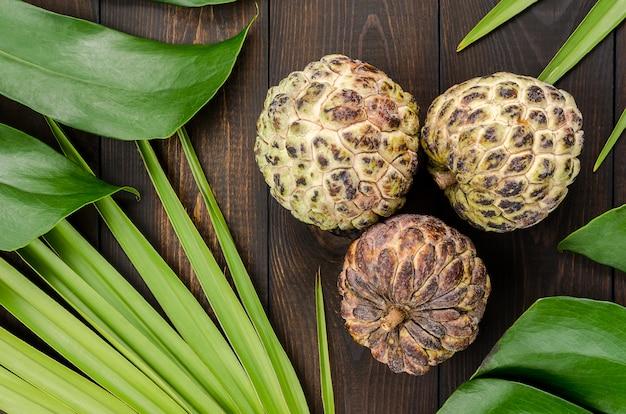 Der puddingapfel, zuckerapfel sweetsop oder anon, annona squamosa, die exotischen früchte