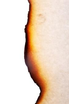 Der rand des verbrannten papiers ist auf weißem hintergrund isoliert. foto in hoher qualität