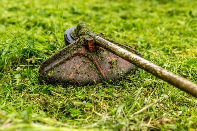 Der rasenmäher vor dem hintergrund eines gemähten grases
