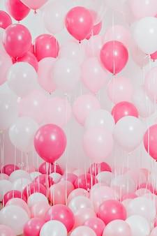 Der raum mit rosa luftballons