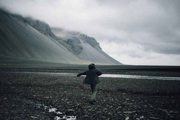 Der reisende erkundet die raue landschaft islands