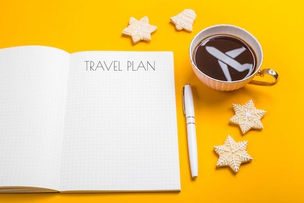 Der reiseplan ist in ein notizbuch geschrieben