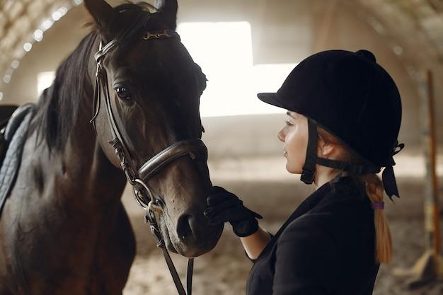 Der reiter trainiert mit dem pferd