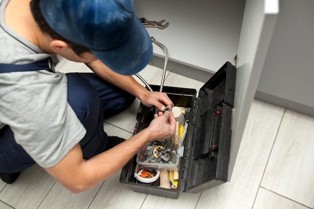 Der reparaturbetrieb ist zum kunden gekommen, um einige probleme in der küche zu beheben