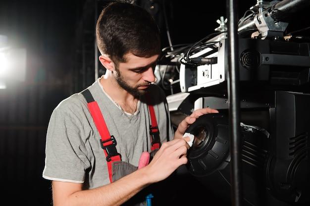 Der reparaturtechniker diagnostiziert den ausfall von lichtgeräten.