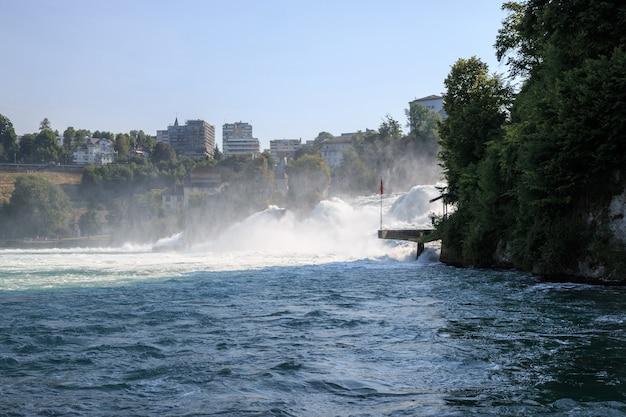 Der rheinfall ist der größte wasserfall europas in schaffhausen, schweiz. sommerlandschaft, sonnenscheinwetter, blauer himmel und sonniger tag