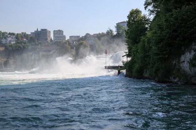 Der rheinfall ist der größte wasserfall europas in schaffhausen, schweiz. sommertag mit sonne