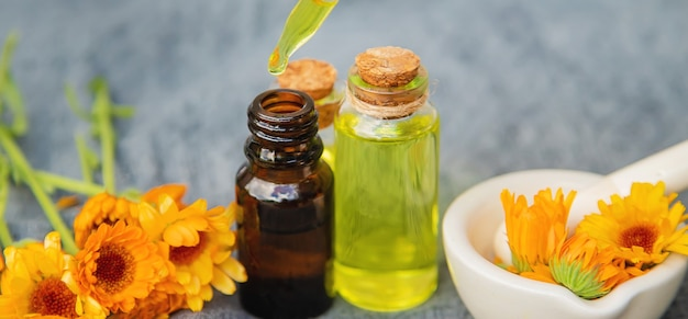 Der ringelblumenextrakt. selektiver fokus. medizinischer natur