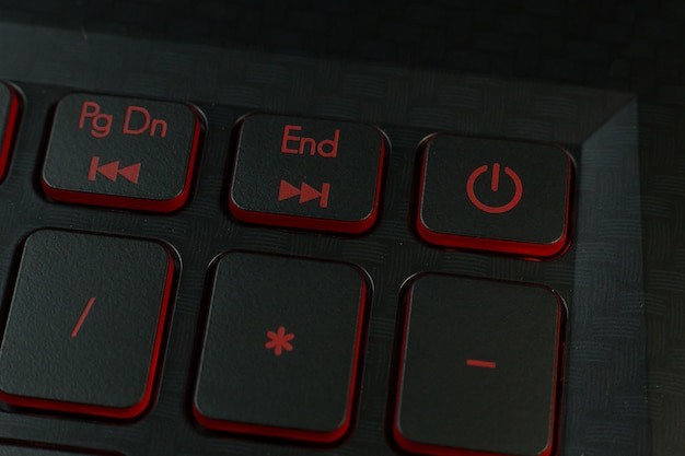 Der rote ein- / ausschalter auf tastaturlaptopbild.