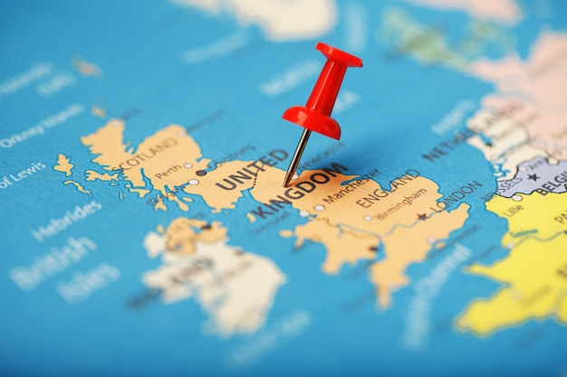 Der rote knopf zeigt den ort und die koordinaten des ziels auf der karte des landes von england an