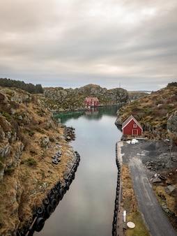 Der rovaer-archipel in haugesund an der norwegischen westküste. der kleine kanal zwischen den beiden inseln rovaer und urd, vertikales bild