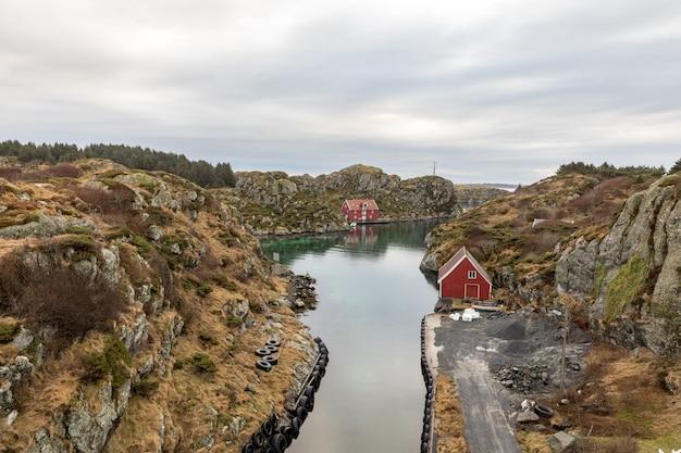Der rovaer-archipel in haugesund an der norwegischen westküste. der kleine kanal zwischen den beiden inseln rovaer und urd