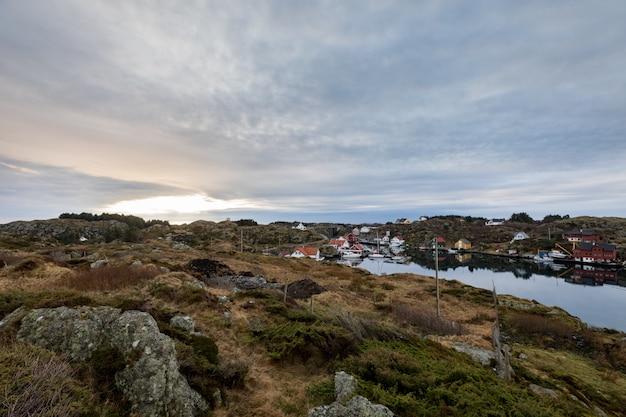 Der rovaer-archipel in haugesund an der norwegischen westküste. kleine siedlung am meer.