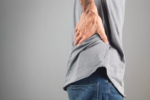 Der rücken des mannes tut weh. nierenschmerzen